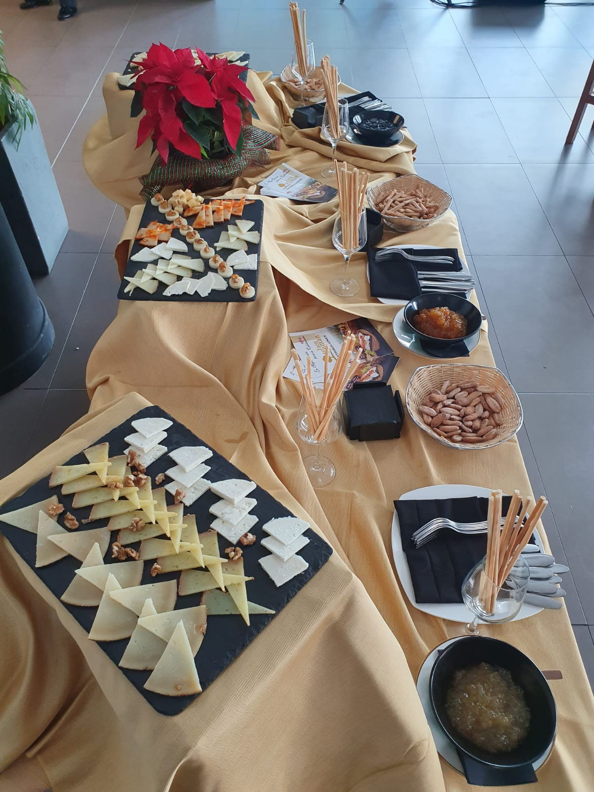 Servicio de buffet de quesos variados el bosqueño cortados en cuñas