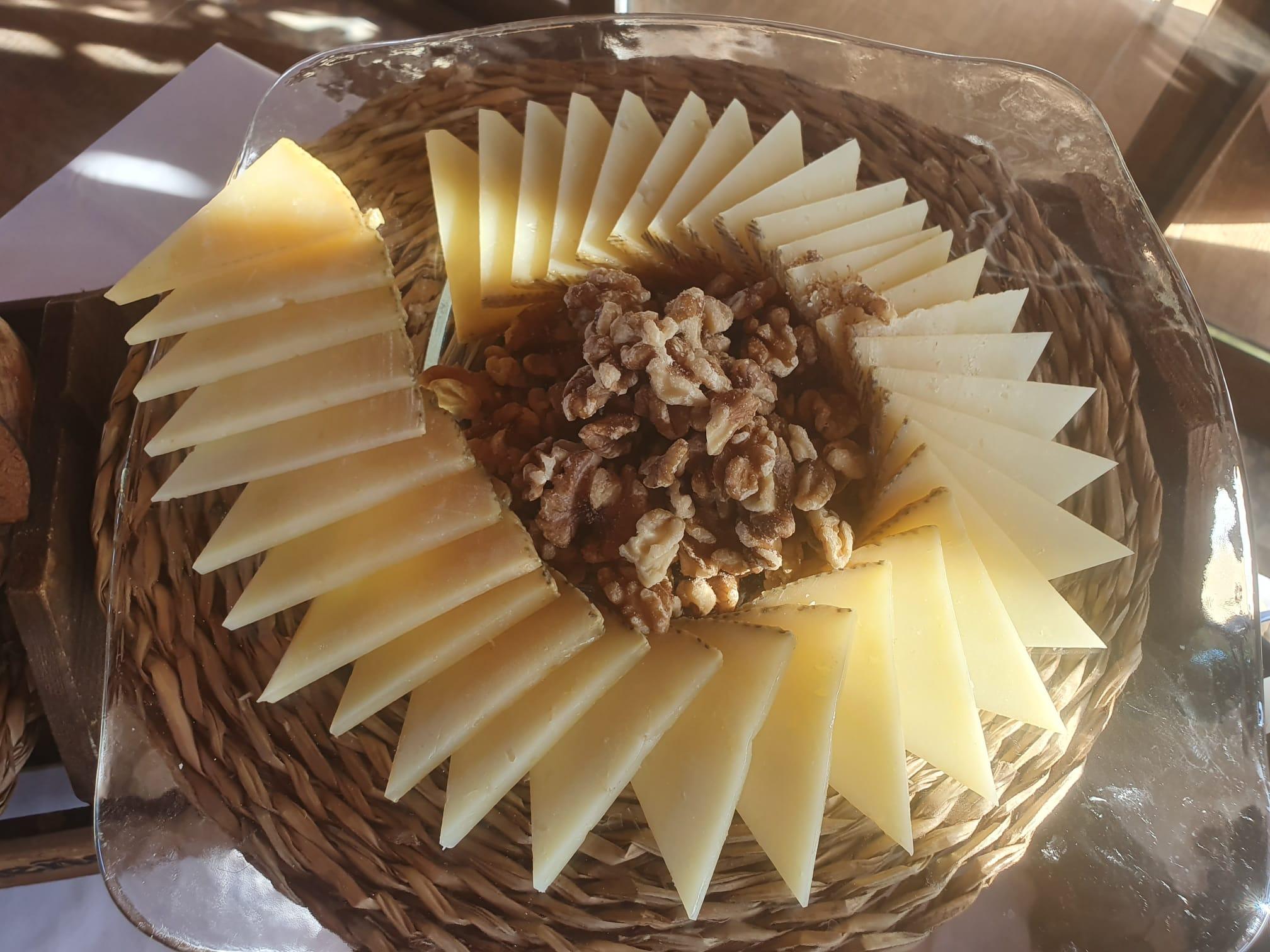 Queso artesano el Bosqueño cortado en cuña para buffet y eventos