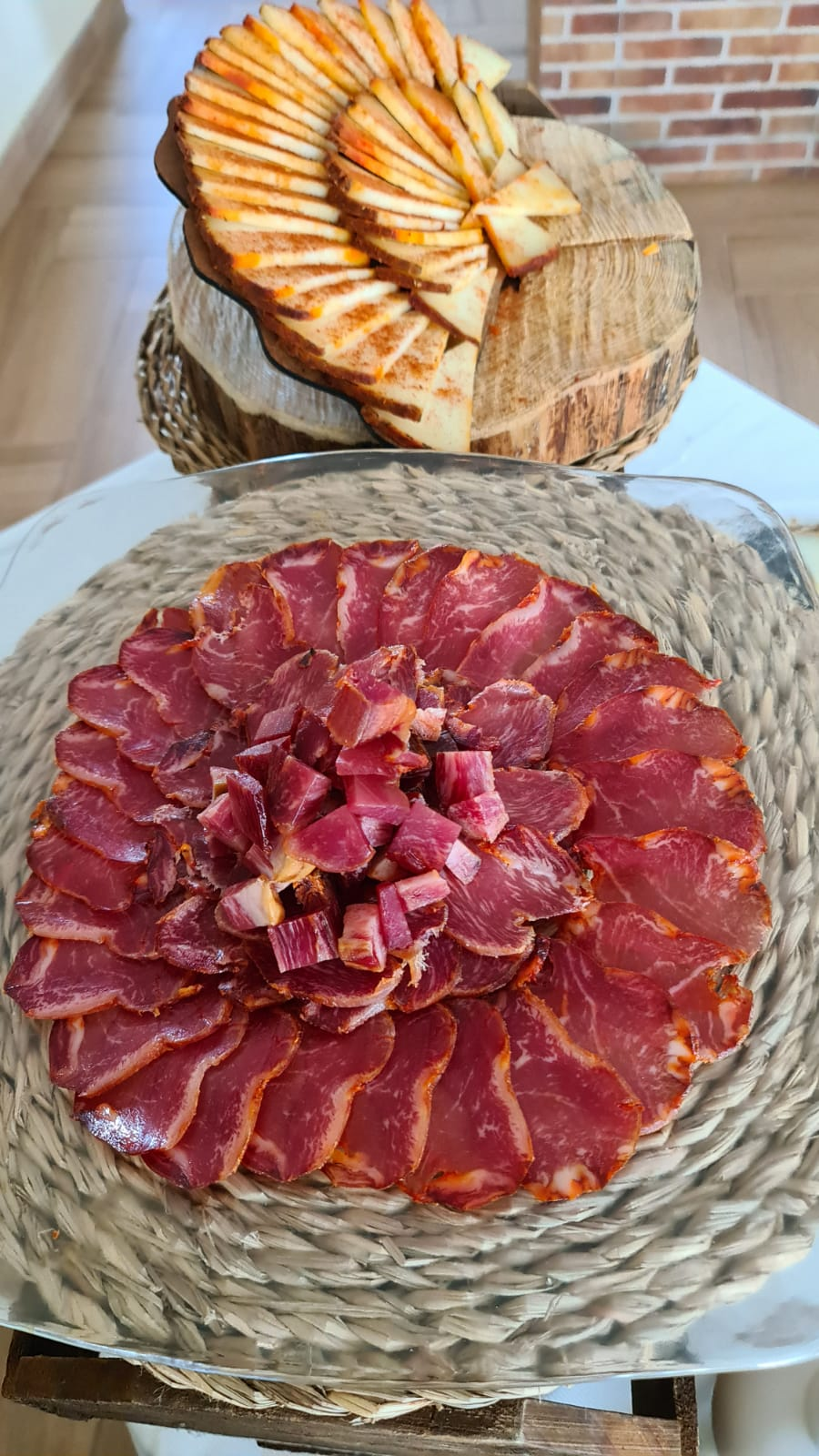 Buffet de queso al pimentón el bosqueño y lomo ibérico cortado para buffet y eventos