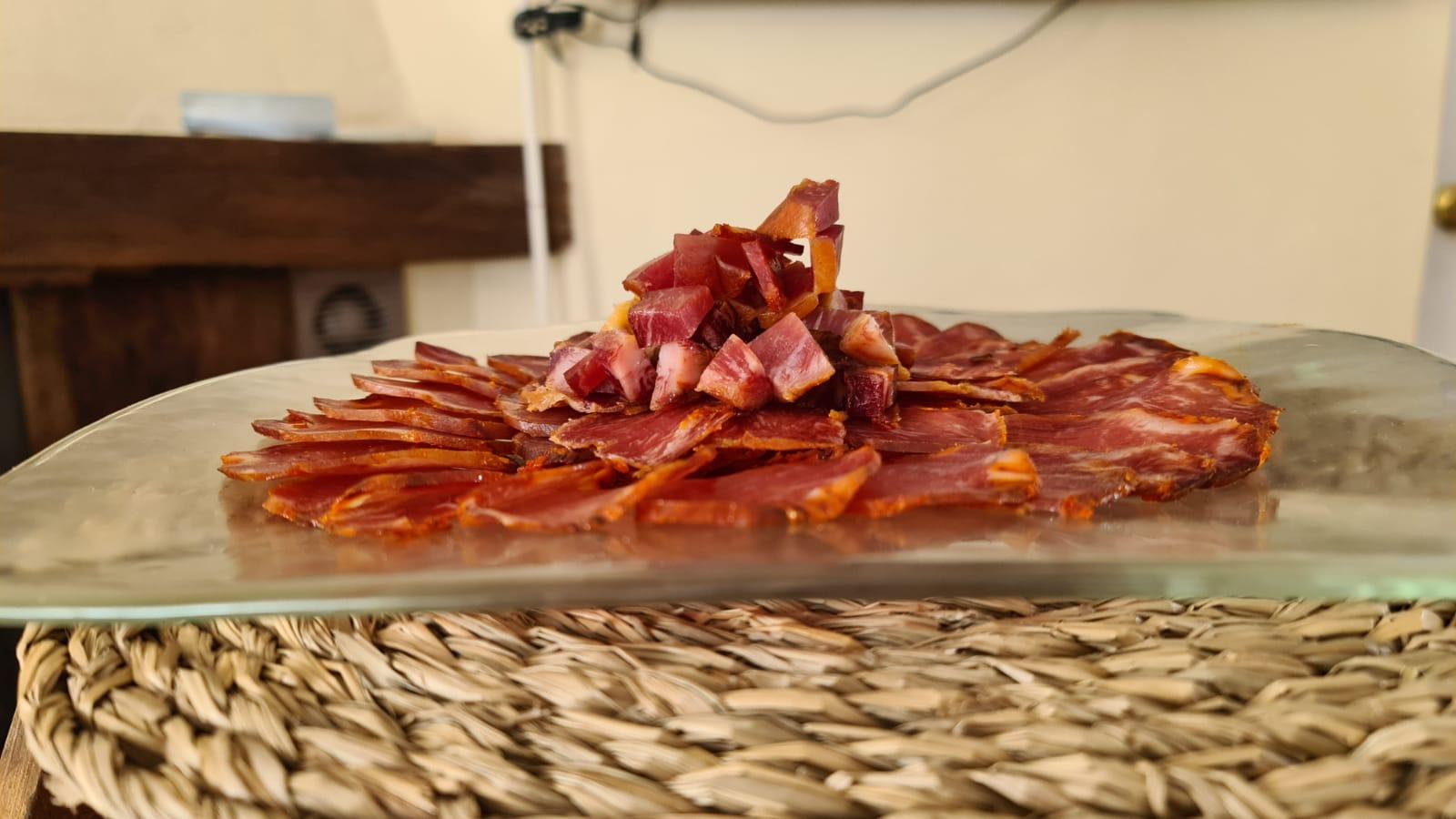 Plato de lomo ibérico cortado para buffet y eventos