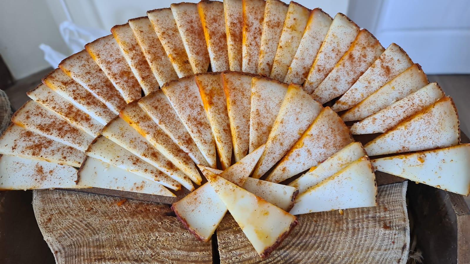 Abanico de queso cortado al pimentón el bosqueño para buffet y eventos