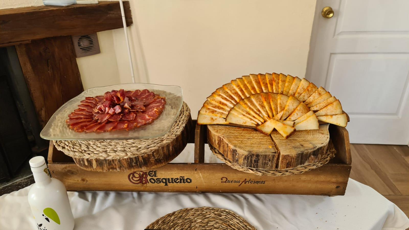 Servicio de buffet de lomo ibérico de señorío de olivenza y queso al pimentón el bosqueño